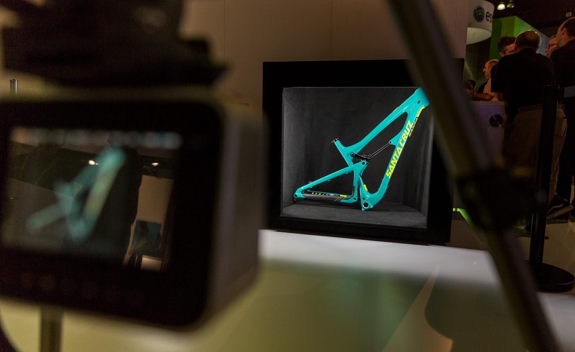 我們運用  Iray 光線追蹤技術來打造具互動性又逼真的腕錶、電鑽和登山車模型,而且還能立即修改繪圖內容。