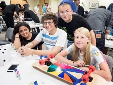 裝飾好滑板再溜:NVIDIA 實習生與當地的兒童群益會(Boys and Girls Club)成員一同組裝滑板。