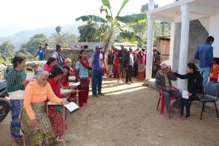在尼泊爾努瓦果德 Kabilash VDC 的 Eye Camp 裡,人們等著進行健康評估作業。
