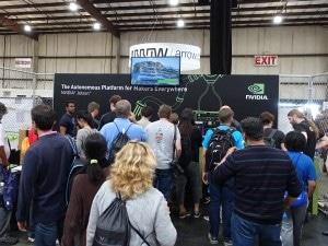 备受瞩目:观众挤满了我们的  Maker Faire Bay Area 展台。